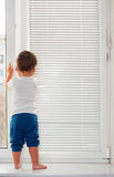 litet plattform fönster för pojkesill Royaltyfri Bild