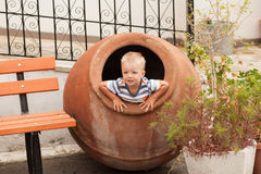 Litet pojkesammanträde i den stora bilskrället Royaltyfri Fotografi