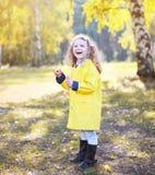 Litet positivt barn som har roligt utomhus Arkivbilder