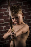 Litet prickskytt-barn med pilbågen och pilen Royaltyfria Bilder