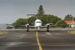 Litet reklamfilmpassagerareflygplan på landningsbana. Arkivfoton