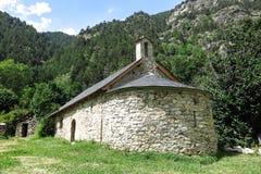 Litet romanskt kapell i Pyreneesna Catalonia Spanien Arkivfoto