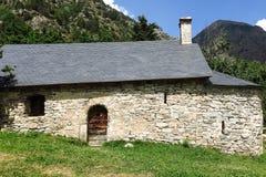 Litet romanskt kapell i Pyreneesna Catalonia Spanien Royaltyfria Foton