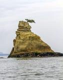 Litet sörja på överkanten av en vagga som sticker fram från havet, Japan Arkivbilder