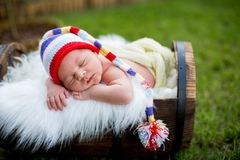 Litet sött nyfött behandla som ett barn pojken som sover i spjällåda med stuckit PA arkivbilder