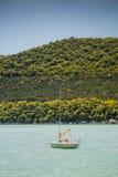 Litet segla fartyget på sjön Abrau Royaltyfri Bild