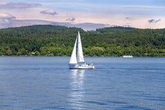 Litet segla fartyget på sjön på solig dag Royaltyfri Foto