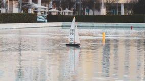 Litet segla leksakfartyg med läskiga tänder haj-som textur Det mini- trädammet seglar fartygyachter royaltyfri foto