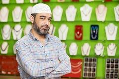 Litet shoppa den indiska mannen för ägaren på hans souvenirlager Royaltyfri Fotografi