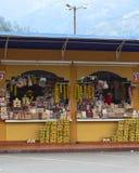 Litet shoppa i Banos, Ecuador Arkivbild