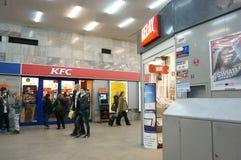 Litet shoppa och KFC royaltyfria bilder