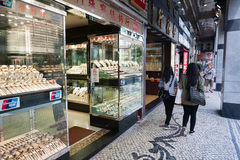 Litet shoppar i Macao försäljningsdiamanter och klockor. Arkivfoton