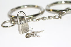 Litet silverlås på handbojabakgrund Royaltyfri Bild
