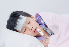 Litet sjukt sova för pojke Royaltyfria Foton