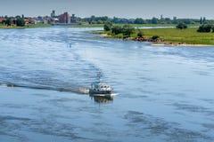 Litet skepp på den blåa floden Elbe Arkivfoton