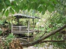 Litet skjul i den tysta trädgården Arkivbilder