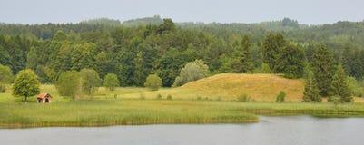 Litet skjul på en sjö Fotografering för Bildbyråer