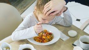 Litet smutsigt äta för flicka som är oförsiktigt hennes pasta i kafé lager videofilmer