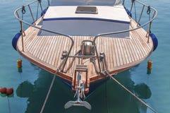 Litet sportinfallfartyg med trädäcket som binds på marinaskeppsdockan Royaltyfria Bilder