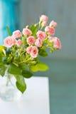 Litet steg blommor på en vit trätabell Royaltyfria Foton