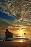 Litet thai fartyg på den tropiska solnedgången Royaltyfria Bilder