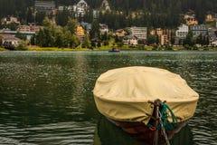 Litet träfartyg under den gula presenningen på bergsjön, St M Arkivfoto