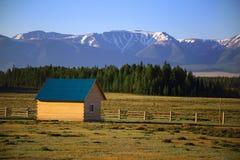 Litet trähus för turister på en bakgrund av berg Fotografering för Bildbyråer