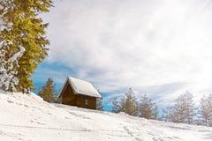 Litet trähus på berget Arkivfoto