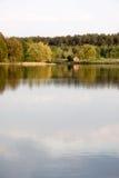 Litet trähus på sjön Arkivfoton