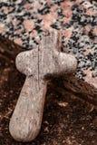 Litet träkors på gravstenen royaltyfri bild