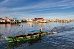 Litet transportfartyg för passagerare på fiskeläget Indonesien Arkivbild
