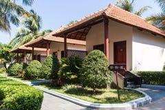 Litet tropiskt hotell med trädgården Fotografering för Bildbyråer