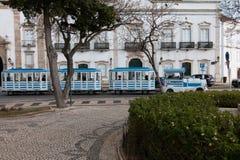 Litet turist- drev som cirklar staden i Faro, Portugal arkivfoto