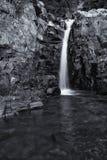 Litet vattenfalllandskap med lång exponering i floden Royaltyfri Foto