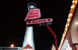 Litet Vegas kapell- och stratosfärhotell på natten Arkivbilder
