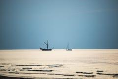 Litet vitt skepp i havet royaltyfri fotografi