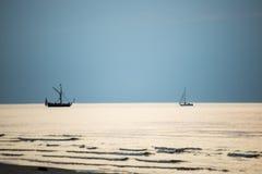 Litet vitt skepp i havet royaltyfria foton