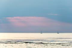 Litet vitt skepp i havet royaltyfria bilder