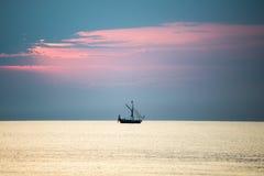 Litet vitt skepp i havet arkivfoton