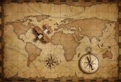 Litet wood flygplan över nautisk översikt för värld som lopp- och kommunikationsbegrepp royaltyfria foton