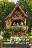 Litet wood hus i en trädgård i Alsace Frankrike juli 21 2009 Alsace Frankrike Royaltyfria Bilder