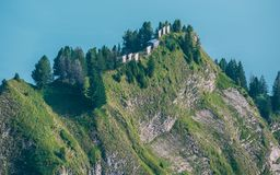 litet wood hus på ett brant berg i framdelen av en sjö, brienzerrothorn Schweiz arkivfoton