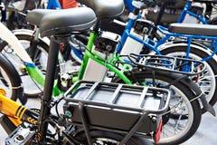 Lithium-Ionen-Batterie auf Fahrradgepäckfördermaschine stockbild