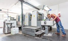 Lithografische drukmachine in een drukworkshop royalty-vrije stock afbeelding