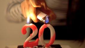 Lithting eine Zahl 20 Geburtstagskerzen auf Kuchen Lizenzfreie Stockfotografie
