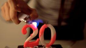 Lithting un numero 20 candele di compleanno sul dolce Fotografia Stock Libera da Diritti