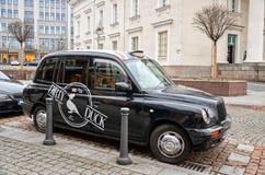 lithuania Carro preto na rua em Vilnius 3 de janeiro de 2018 foto de stock