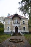 lithuania gammalt övergivet hus Historisk byggnad i Litauen Royaltyfria Bilder