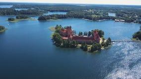 Lithuania Trakai Piękny kasztel na jeziorach Widok z lotu ptaka Trakai kasztel w lato sezonie zbiory wideo