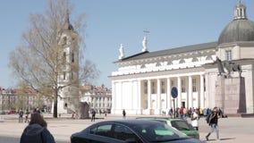 lithuania vilnius Folk som går i domkyrkafyrkant nära domkyrkabasilika av St Stanislaus And St Vladislav With stock video